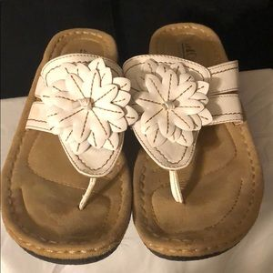 ⭐️ White Flowered Flips Flops